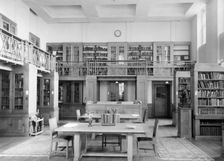 Читальный зал в библиотеке лондонского Дома Друзей. Бумажный каталог.