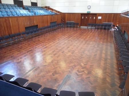 Главный зал Дома собраний Друзей в Манчестере