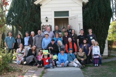 Бинитские квакеры сегодня. Члены Собрания Друзей в Сан-Хосе перед своим домом собраний.