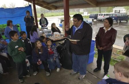 Судный день. Баптистский служитель читает Евангелие детям в индейской резервации