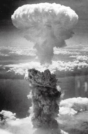 Ядерный гриб над Нагасаки. 11 часов 02 минуты 9 августа 1945 года.