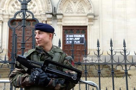 Солдат, охраняющий главную синагогу в Бордо (Франция). Тема: ненасильственное противостояние терроризму.
