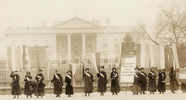 Участницы группы «Молчаливых стражей» пикетируют Белый Дом. Вашингтон, 1917 год.