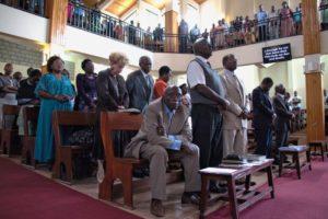 Прихожане стоят в молитве во время воскресной службы в Международном Центре Друзей в Найроби (Кения)