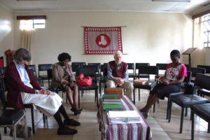 Молчаливая молитва во время непрограммированного собрания в Международном Центре Друзей
