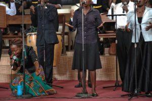 Хоровое пение во время воскресного богослужения в Международном Центре Друзей в Найроби (Кения)