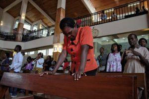 Прихожанка молится во время воскресной службы в Международном Центре Друзей в Найроби