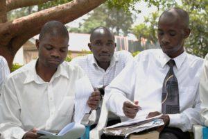 Участники церковного хора, который, кажется, никогда не умолкает, просматривают свои ноты после воскресной службы