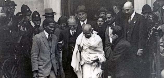 Ганди выходит из лондонского Дома Друзей. 1931 г. Хорас Александер был его переводчиком.