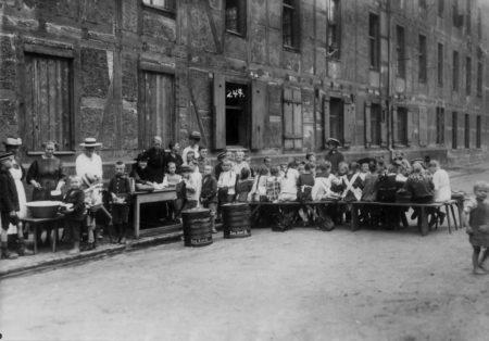 """Quäkerspeisung. 1920 г. Распределение """"квакерской еды"""" в Германии"""