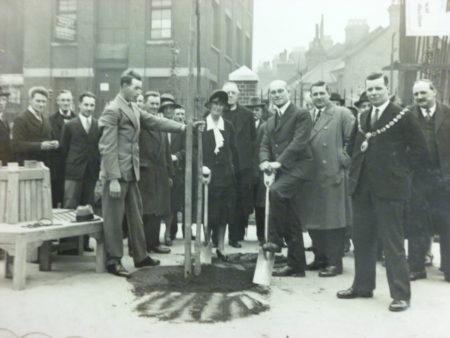 Ада Солтер (ее муж Альфред за ней) сажает дерево при открытии игровой площадки