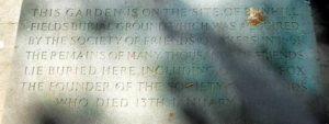 «Этот сад находится на месте кладбища Банхилл-Филдз, созданного Обществом Друзей (квакеров) в 1661 г. Здесь погребены останки многих тысяч Друзей, включая Джорджа Фокса, основателя Общества Друзей, который умер 13 января 1691 г.»
