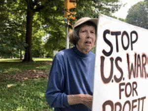 Джоан Николсон, 85 лет - активистка цветочного города