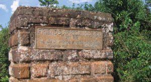 Постамент, посвященный созданию Африканской миссии Друзей (Каймоси, Кения). Фото любезно предоставлено Объединенным собранием Друзей.