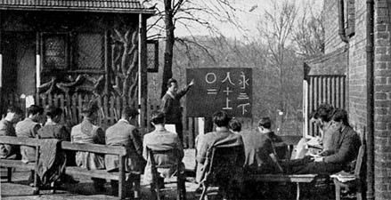 Британские работники Санитарной службы Друзей изучают китайский язык перед отправкой в Бирму. Место:Manor Farm под Бирмингемом.