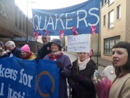 Линдси Бертоншоу (справа) и группа ее поддержки около суда перед первичным слушанием