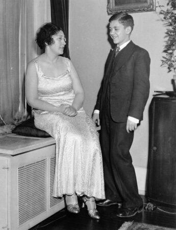 Олег Трояновский со своей матерью Ниной в советском посольстве в Вашингтоне. 1934 г.