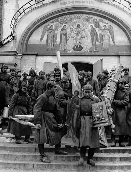 Красноармейцы выносят иконы и церковную утварь после закрытия Симонова монастыря. 1923 г. Неизвестный автор